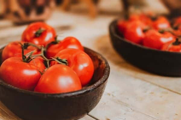 tomatoes can be included in oily skin diet plan