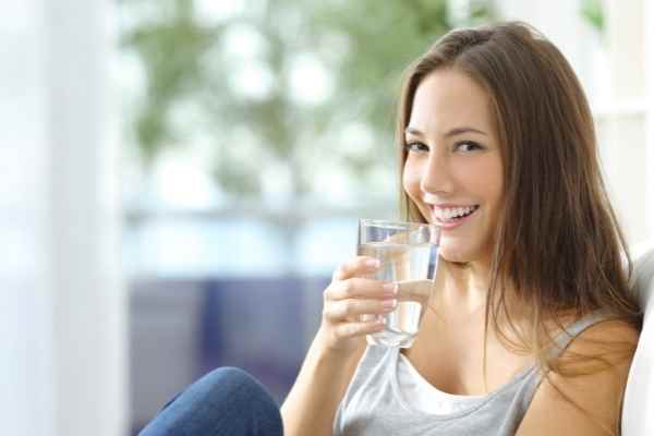 healthy woman drinking water has no scars